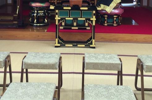 お寺本堂の椅子